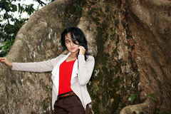 Une belle femme sous le grand arbre Image stock