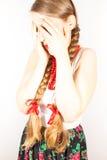 Une belle femme timide de jeunes gens Images stock