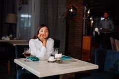 Une belle fille attend un type une date Photo libre de droits