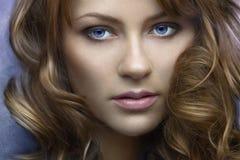 Une belle fille aux cheveux longs images stock