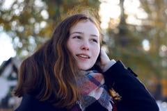 Une belle fille avec des sourires rougeâtres de cheveux image libre de droits