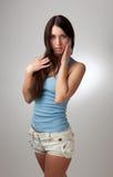 Une belle fille dans un T-shirt bleu avec un CCB gris Image libre de droits