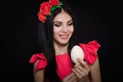Une belle fille dans une robe rose Image stock