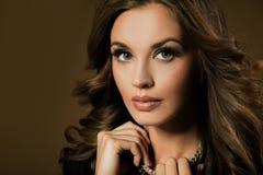 Une belle fille de brune Photo stock