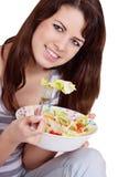 Une belle fille mince mangeant de la nourriture saine Photographie stock