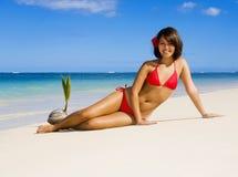 Une belle fille polynésienne dans le bikini image stock
