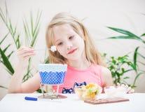 Une belle fille prépare la fondue de chocolat avec la guimauve Image stock