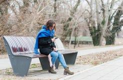 Une belle fille seule seul s'asseyant et déprimée sur le banc dans le sentiment de parc abandonné et trahi de son ami W images libres de droits