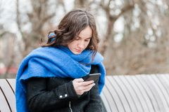 Une belle fille seule seul s'asseyant et déprimée sur le banc dans le sentiment de parc abandonné et trahi de son ami W photo libre de droits