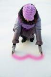 Une belle fille sur la nature pendant l'hiver dans la neige Photo stock