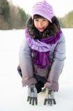 Une belle fille sur la nature pendant l'hiver dans la neige Image libre de droits