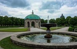 Une belle fontaine dans le Hofgarten, Allemagne Photographie stock libre de droits