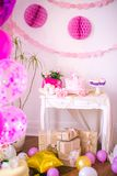 Une belle friandise délicieuse dans des couleurs de rose et d'or pour une petite princesse sur son 1er anniversaire Images libres de droits