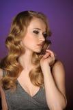 Une belle jeune blonde photographie stock libre de droits