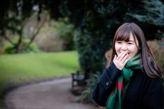 Une belle jeune dame japonaise en parc images libres de droits