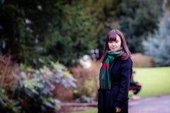 Une belle jeune dame japonaise en parc photos stock