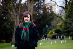 Une belle jeune dame japonaise en parc image stock