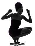 Belle jeune femme asiatique heureuse sur la silhouette d'échelle de poids Images libres de droits
