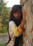 Une belle jeune femme avec de longs cheveux foncés et a images libres de droits