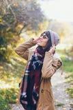 Une belle jeune femme de sourire heureuse en parc d'automne Photos stock