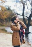 Une belle jeune femme de sourire heureuse en parc d'automne Photo stock