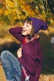 Une belle jeune femme de sourire heureuse en parc d'automne Image libre de droits