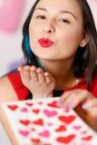 Une belle jeune femme prend une carte avec des coeurs avec une déclaration de l'amour Jour du `s de Valentine images stock