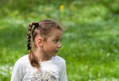 Une belle jeune fille dans des vêtements noirs examine doucement l'e Photos libres de droits