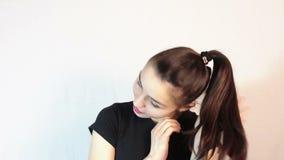 Une belle jeune fille dans un T-shirt noir, dans une humeur romantique, r?ves de rencontrer son aim banque de vidéos