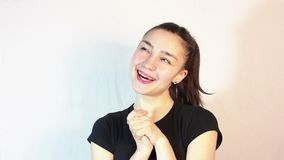 Une belle jeune fille dans un T-shirt noir, dans une humeur romantique, r?ves de rencontrer son aim? banque de vidéos