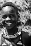 Une belle jeune fille de Karamajong rit avec l'abandon dans Karamoja, Ouganda Photo stock