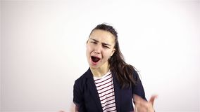 Une belle jeune fille fait des gestes par geste de métal lourd d'expositions banque de vidéos