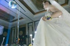 Une belle jeune mariée chinoise photos libres de droits