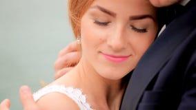 Une belle jeune mariée dans l'étreinte tendre du marié banque de vidéos