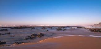 Une belle longue exposition à la plage dans l'Algarve Photos stock