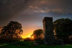 Une belle lumière de coucher du soleil enveloppe les ruines avec un voile foncé Photographie stock libre de droits