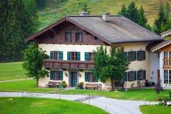 Une belle maison d'invités typique de montagne sur les alpes autrichiennes Image libre de droits