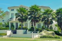 Une belle maison de trois ?tages avec des palmiers images libres de droits