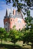 Une belle maison entourée par des arbres en parc photos stock