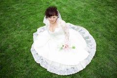 Une belle mariée sur un pré vert Photo stock