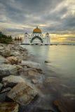 Une belle mosquée aux vues de détroits du Malacca pendant le coucher du soleil nuageux image stock