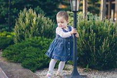 Une belle petite fille dans la robe de jeans Image libre de droits