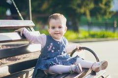 Une belle petite fille dans la robe de jeans Images libres de droits