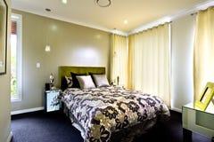 Une belle photo de chambre à coucher avec des rideaux sur le mur Photo stock