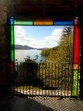 Une belle photo par une fenêtre de stainglass photos stock