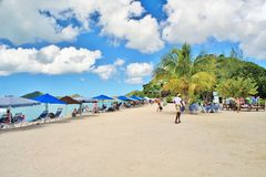 Une belle plage blanche de sable en St John, Antigua - 4 décembre 2017 - - les gens appréciant le temps sur la plage sur l'île de Photos stock