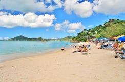 Une belle plage blanche de sable en St John, Antigua - 4 décembre 2017 - - les gens appréciant le temps sur la plage sur l'île de Images libres de droits