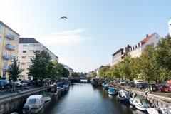 Une belle rivière européenne croise la ville et les environs urbains image stock