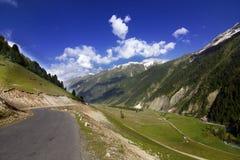 Une belle route dans toute la montagne Image libre de droits