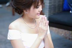 Une belle salutation de jeune dame dans le style thaïlandais Images stock